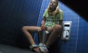 Loira novinha se masturbando no banheiro da faculdade 5