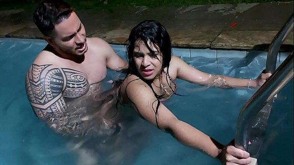 Novinha da bunda grande na piscina para malando safado
